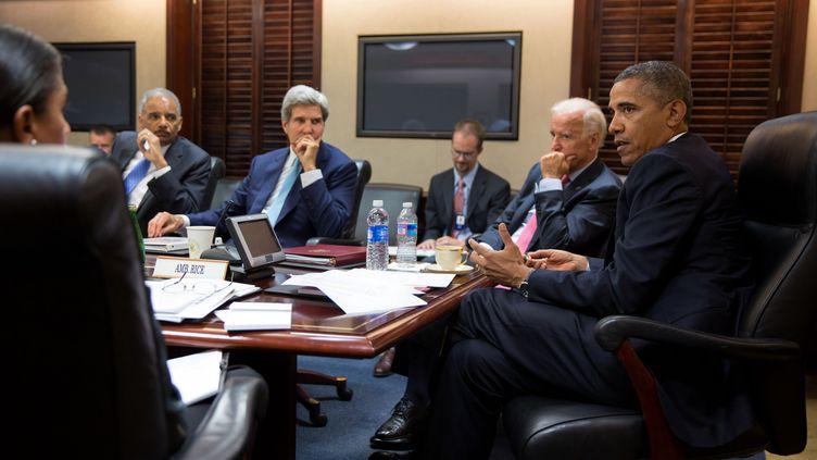 Barack Obama, le président américain, entouré de Joe Biden, le vice-président, et de John Kerry, secrétaire d'Etat, le 30 août 2013 à la Maison Blanche, à Washington. (PETE SOUZA / THE WHITE HOUSE / AFP)