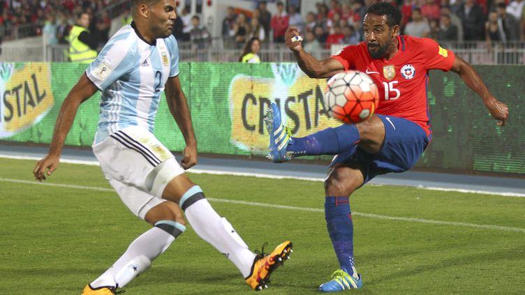 Le Chilien Jean Beausejour face à l'Argentin Gabriel Mercado (MAX MONTESINOS/PHOTOSPORT / PHOTOSPORT)