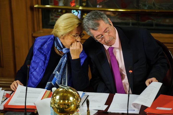 Le maire de Levallois-Perret, Patrick Balkany, et son épouse Isabelle, lors d'un conseil municipal, le 10 janvier 2014. ( MAXPPP)