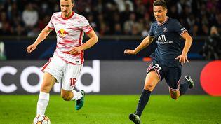 Le milieu parisien, Ander Herrera, tente ici de rattraper le défenseur de Leipzig, Lukas Klostermann, mardi 19 octobre, à l'occasion de la 3e journée de Ligue des champions. (AFP / MATTHIEU MIRVILLE)