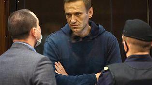 Alexeï Navalny échange avec son avocat lors de son procès, le 2 février 2021, à Moscou (Russie). (MOSCOW CITY COURT / TASS / SIPA)