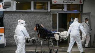 Des brancardiers emmènent un patient dans la zone de pré-triage, aux urgences de l'hopital Cardarelli, à Naples, en Italie, le 12 novembre 2020. (FILIPPO MONTEFORTE / AFP)