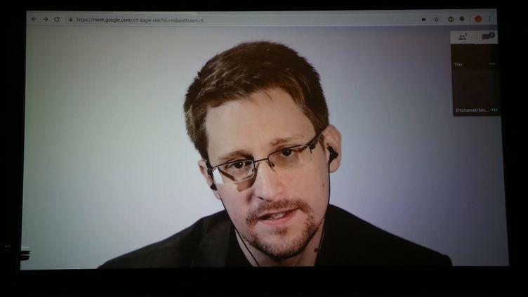 De Russie, Edward Snowden s'adresse aux participants des conférences organisées pour le 25e anniversaire du magazine de la culture numérique, Wired, le 14 octobre 2018 à San Francisco. (PHILLIP FARAONE / GETTY IMAGES NORTH AMERICA)