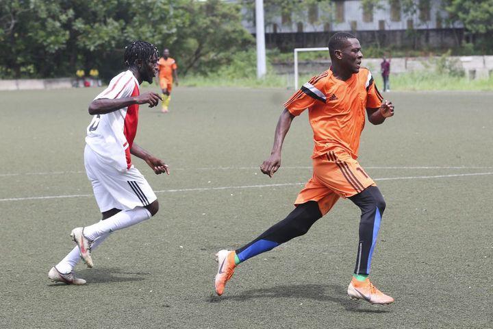 Pour entretenir sa forme, le joueur professionnel Chicco Sassou en est réduit à participer à des rencontres inter-quartiers comme ici à Libreville le 4 mars 2021. (STEEVE JORDAN / AFP)