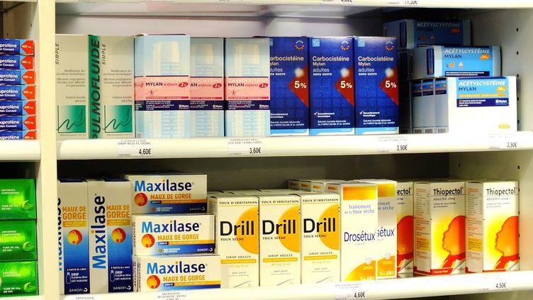 Médicaments sur une étagère de pharmacie le 18 mars 2015. (HOUIN / BSIP / AFP)