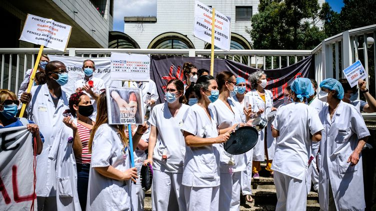 Une manifestation de soignants, le 21 mai 2020, devant l'hôpitalRobert-Debré, à Paris. (SAMUEL BOIVIN / NURPHOTO)