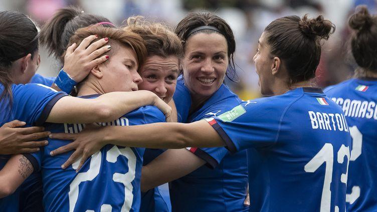 Les joueuses italiennes lors de leur victoire face à la Jamaïque, le 14 juin. (ERIC BALEDENT / MAXPPP)