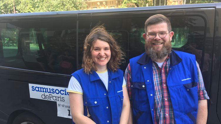 Pendant la canicule, Justine et Vincent, du Samusocial de Paris, traversent la capitale tous les jours en camion pour venir en aide aux sans-abris. (CLAIRE LEYS / RADIO FRANCE)
