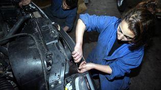 Une femme mécanicienne dans un garage automobile à Casablanca (Maroc). Photo d'illustration. (ABDELHAK SENNA / AFP)
