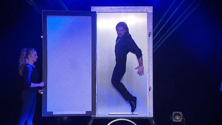Le magicien Alexis Hazard peaufineson nouveau spectacle à Merville dans le Nord. (Sébastien GURAK  / FRANCE 3)