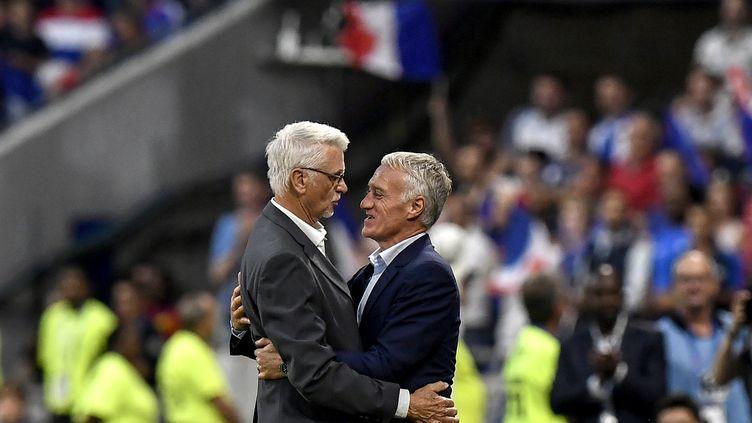 L'ancien sélectionneur des Bleus, Aimé Jacquet, avec l'actuel, Didier Deschamps (JEFF PACHOUD / AFP)