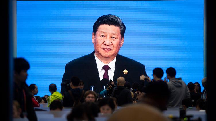Des journalistes regardent un discours du président chinois Xi Jinping, le 5 novembre 2018 à Shanghai (Chine). (JOHANNES EISELE / AFP)