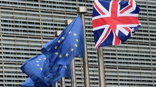 L'Union Jack flotte au côté du drapeau européen, à l'occasion de la visitedu Premier ministre britannique, David Cameron, à la Commission européenne, à Bruxelles (Belgique), le 29 janvier 2016. (EMMANUEL DUNAND / AFP)