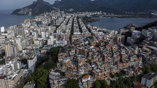 Selon une étude, l'Etat de Rio de Janeiro est contrôlé à 57% par la milice contre 16% par lestrafiquants de drogues(Vue aérienne de la favela de Pavao-Pavaozinho entourée par les quartiers de Copacabana, Ipanema et Lagoa, Brésil). (MAURO PIMENTEL / AFP)