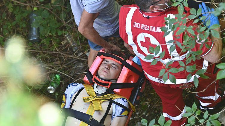 L'évacuation de Remco Evenepoel après sa chute. (MARCO BERTORELLO / AFP)