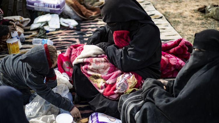 Dorothee Maquere, la femme du jihadiste Jean-Michel Clain, avec ses enfants à Baghouz, le 5 mars 2019. (DELIL SOULEIMAN / AFP)