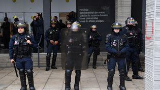 Des CRS à l'université de Paris-Nanterre (Hauts-de-Seine), le 9 avril 2018. (CHRISTOPHE ARCHAMBAULT / AFP)
