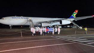 Des médecins et personnels de santé cubains arrivent à Prétoria, en Afrique du Sud, pour aider à combattre la pandémie de coronavirus, le 27 avril 2020. (REUTERS/Siyabonga Sishi)