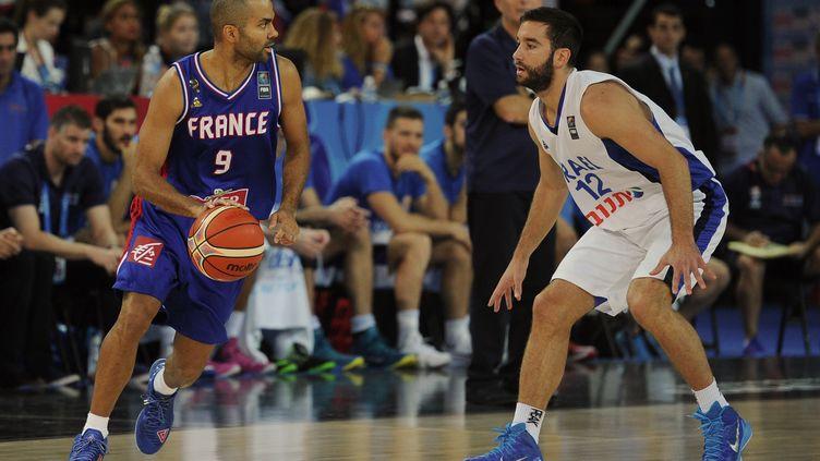 Le Français Tony Parker opposé à l'Israëlien Yogev Ohayon, jeudi 10 septembre 2015 à Montpellier (Hérault), lors du dernier match de poule de l'Eurobasket. (SYLVAIN THOMAS / AFP)