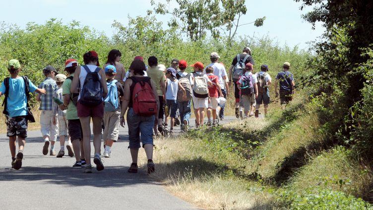 Des jeunes partent en balade, le 16 juillet 2010, dans une colonie de vacances au village de Naucelle (Aveyron). (REMY GABALDA / AFP)