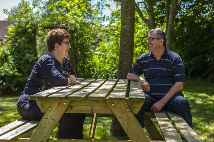 Jean-Noël et Marie-Elise Vovard, exploitants dela ferme Chauvet (Sarthe) en mai 2017. (MATTHIEU MONDOLONI / RADIO FRANCE)