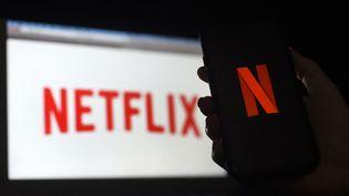 Un ordinateur et un smartphone connectés sur la plateforme Netflix, en mars 2020. (OLIVIER DOULIERY / AFP)