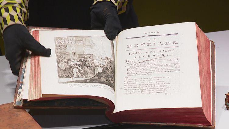 À Ferney-Voltaire, dans l'Ain, une famille a fait don à la ville de 30 ouvrages vieux de 253 ans de Voltaire. (FRANCEINFO)