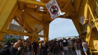 L'ambiance était bien plus appaisée dans la matinée du 3 août 2019 où un rassemblement silencieux en hommage à Stev Maia Caniço s'était tenu près de la grue jaune à Nantes. (JEAN-FRANCOIS MONIER / AFP)