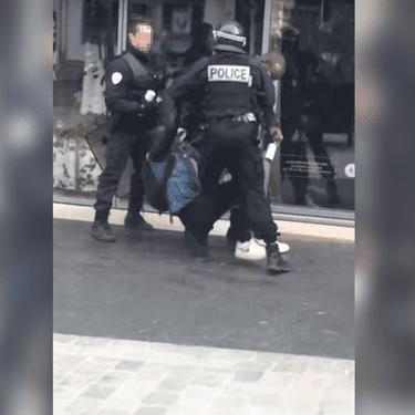 Une vidéo montre un adolescent se faire frapper par un policier non loin du lycée Bergson de Paris, le 24 mars 2016, en marge de la mobilisation contre la loi Travail. (CR12 C / YOUTUBE)