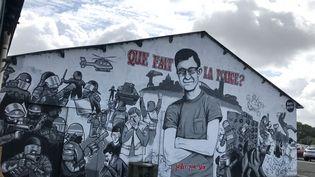 La fresque en hommage à Steve Maia Caniço, quai Wilson, sur l'île de Nantes. (SIXTINE LYS / FRANCE-BLEU LOIRE OCÉAN)