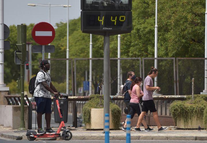 Un panneau affiche la température dans une rue de Séville (Espagne), le 10 juillet 2021. (CRISTINA QUICLER / AFP)