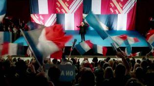 """Dans """"Chez Nous"""" de Lucas Belvaux des drapeaux alsaciens à l'envers illustrent une séquence d'un meeting du """"Bloc patrioque""""  (France 3 / Culturebox / capture d'écran)"""