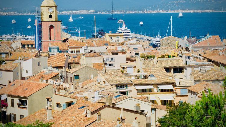 Vue des toits de Saint-Tropez (Var) avec la mer et les montagne en arrière-plan. (CÉDRIC FRÉMI / RADIO FRANCE)