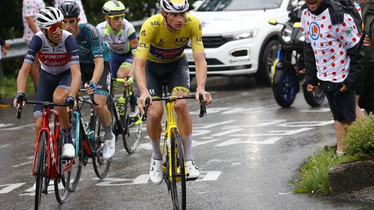 Mathieu van der Poel a perdu son maillot jaune sur la route du Grand-Bornand, le 3 juillet 2021. (THOMAS SAMSON / AFP)