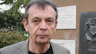 Pierre Lemaitre devant le Monument aux Morts de Courbevoie  (Laurence Houot - Culturebox)