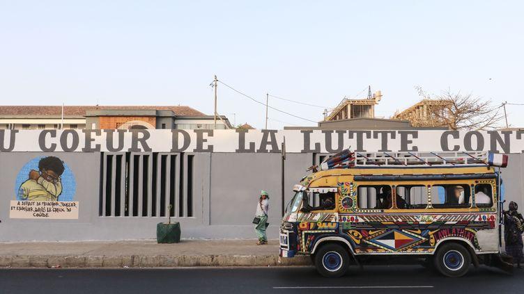 Graffitis qui détaillent les différents gestes barrière à observer pour se protéger du Covid-19, sur les murs de l'Université de médecine de Dakar (Sénégal). (ALAATTIN DOGRU / ANADOLU AGENCY)