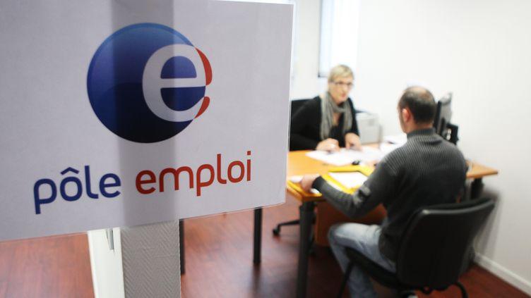 Un entretien à l'agence Pôle emploi de Langon (Gironde), le 7 décembre 2011. (MAXPPP)
