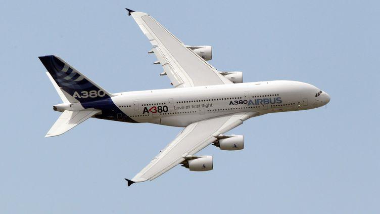 L'Airbus A380 lors d'un vol d'exhibition au salon du Bourget (Seine-Saint-Denis), le 23 juin 2011. (PIERRE VERDY / AFP)