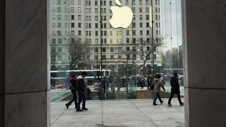 Devant un Apple store à New York (Etats-Unis), le 14 janvier 2013. (SPENCER PLATT / GETTY IMAGES NORTH AMERICA / AFP)