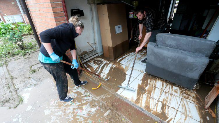 Des habitants nettoient leur maison au lendemain de violentes inondations à Haisnes (Nord), le 8 juin 2016. (MAXPPP)