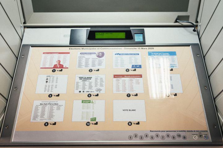 Une machine à voter au Mans, le 15 mars 2020 lors du premier tour des élections municipales. (DENIS MEYER / HANS LUCAS / AFP)