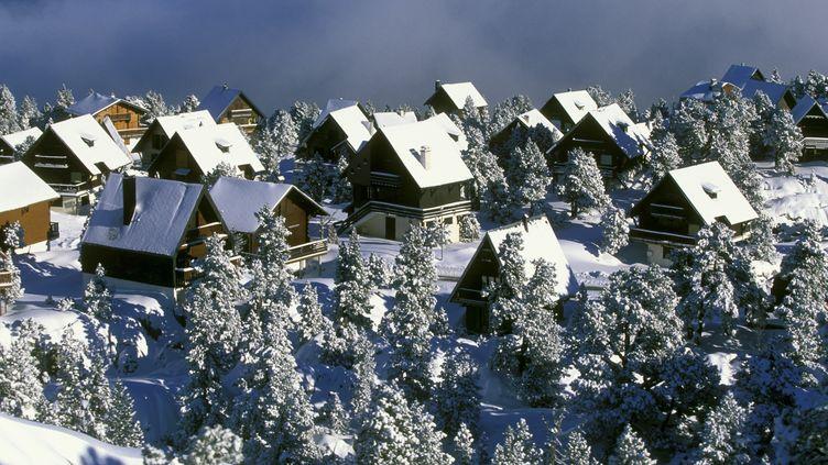 Des chutes de neige pourraient intervenir dès mercredi en moyenne montagne. (PHILIPPE ROY / AFP)