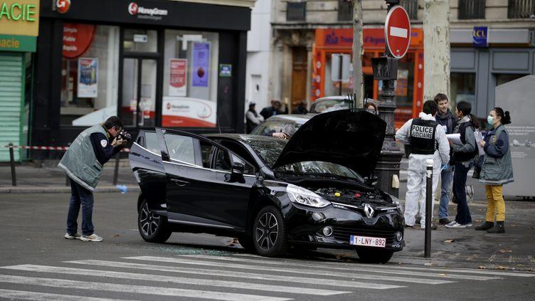 La Clio louée parSalah Abdeslam, l'instigateur présumé des attaques de Paris, retrouvée place Albert-Kahn dans le 18e arrondissement de la capitale française, le 17 novembre 2015. (KENZO TRIBOUILLARD / AFP)