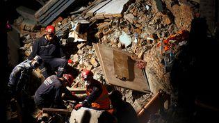 Une équipe de sauveteurs dans les ruines d'un hôtel de Katmandou (Népal), le 27 avril 2015. (NAVESH CHITRAKAR / REUTERS)