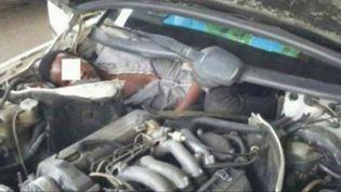 Un migrant guinéen a été retrouvé le 31 août 2015 dans le moteur d'une voiture, dans l'enclave espagnole de Ceuta. (POLICE ESPAGNOLE / TVE / EVN )