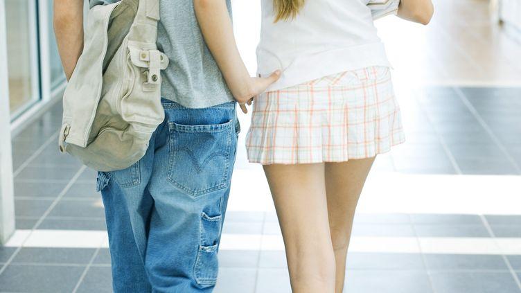 Deux adolescents marchent dans le couloir de leur collège (illustration). (LAURENCE MOUTON / MAXPPP)