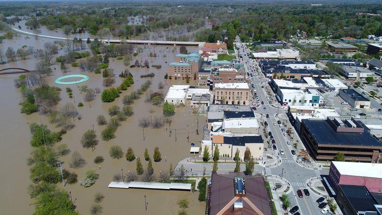 Les eaux de la rivière Tittabawassee inondent la ville de Midland dans le Michigan aux Etats-Unis, le 20 mai 2020. (DRONEBASE DRONEBASE / REUTERS)