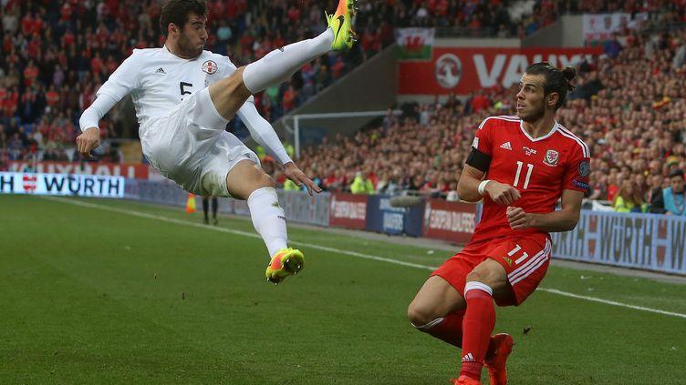 Intervention du Georgien Solomon Kverkvelia devant le Gallois Gareth Bale (GEOFF CADDICK / AFP)