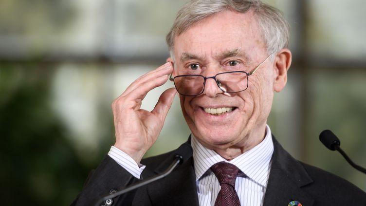 L'envoyé des Nations Unies pour le Sahara occidental, Horst Kohler, ajuste ses lunettes alors qu'il s'adresse aux médias, après une série de négociations de deux jours sur la fin du conflit du Sahara occidental, le 22 mars 2019. (FABRICE COFFRINI / AFP)