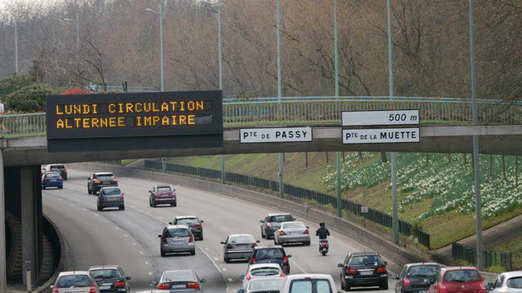 (Panneau visible ce lundi  sur le périphérique parisien interdisant les véhicules aux plaques d'immatriculation paires © Maxppp)